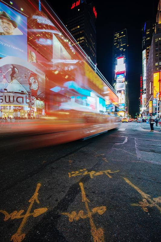Times Square bei Nacht mit Bus