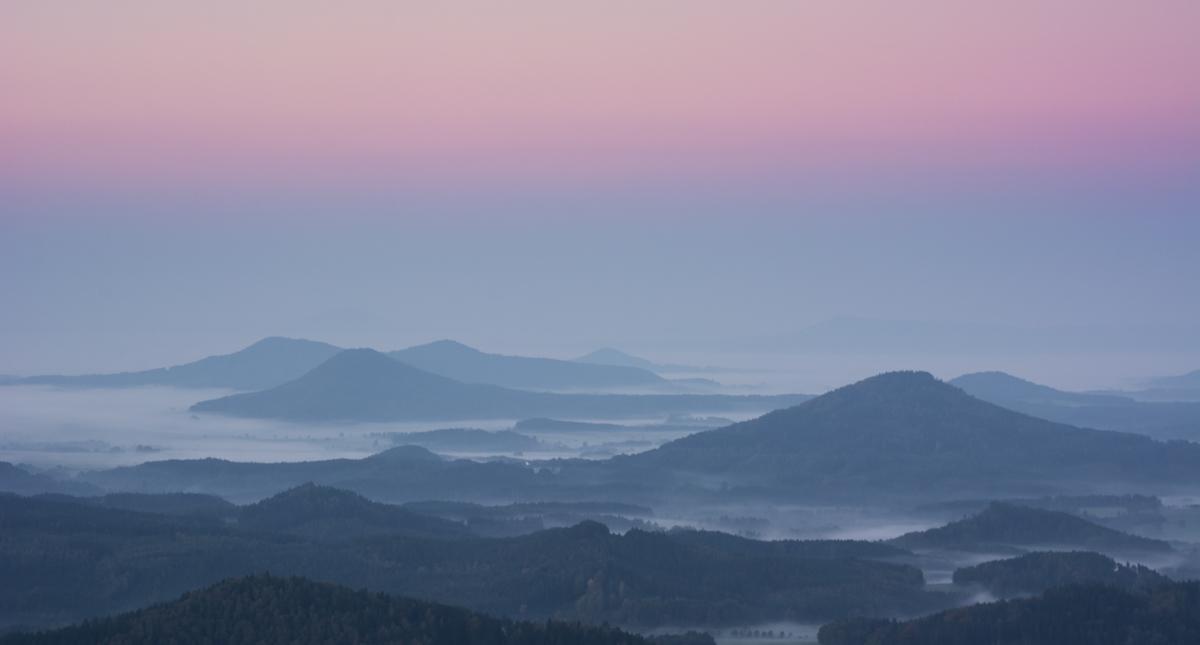 Nebelfelder zwischen den Bergen